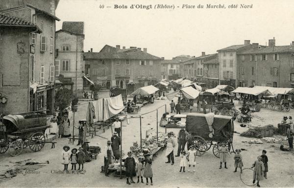 Bois-d'Oingt (Rhône) : Place du marché, coté Nord