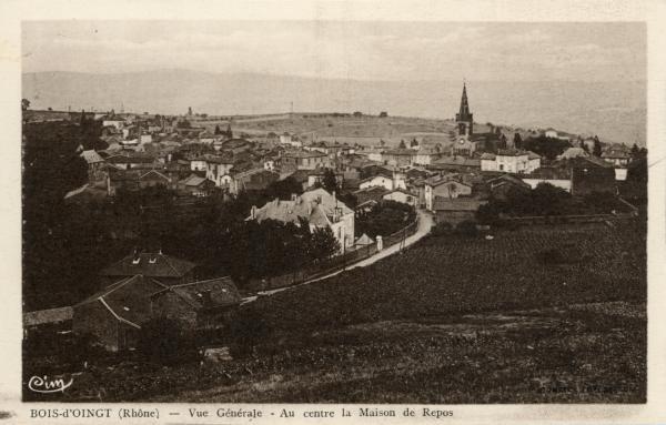 Bois-d'Oingt (Rhône) : Vue générale - Au centre de la Maison de Repos