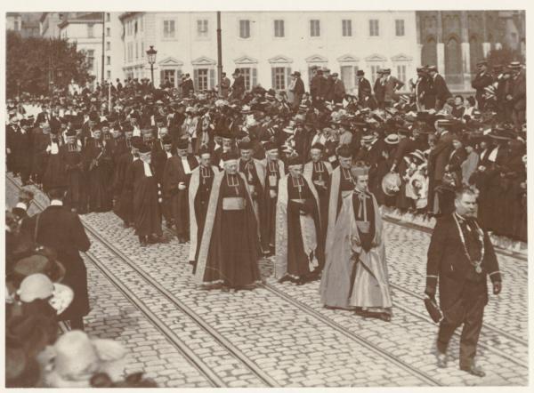 [Les funérailles du cardinal Pierre-Hector Coullié : le cortège (les facultés catholiques)]
