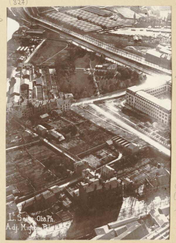 [Le Boulevard des Hirondelles et la Manufacture des Tabacs. Lieutenant Seive : observation photographique, adjudant Migeon : pilote]
