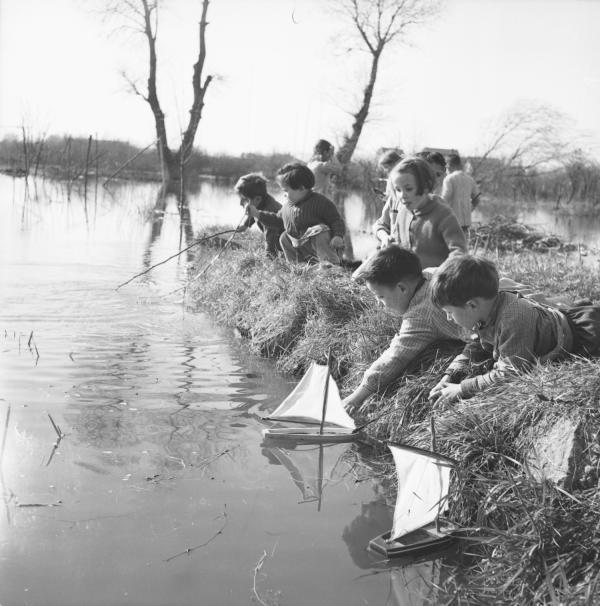 [Jeu sur l'eau avec bateau à voile construit par les enfants même]