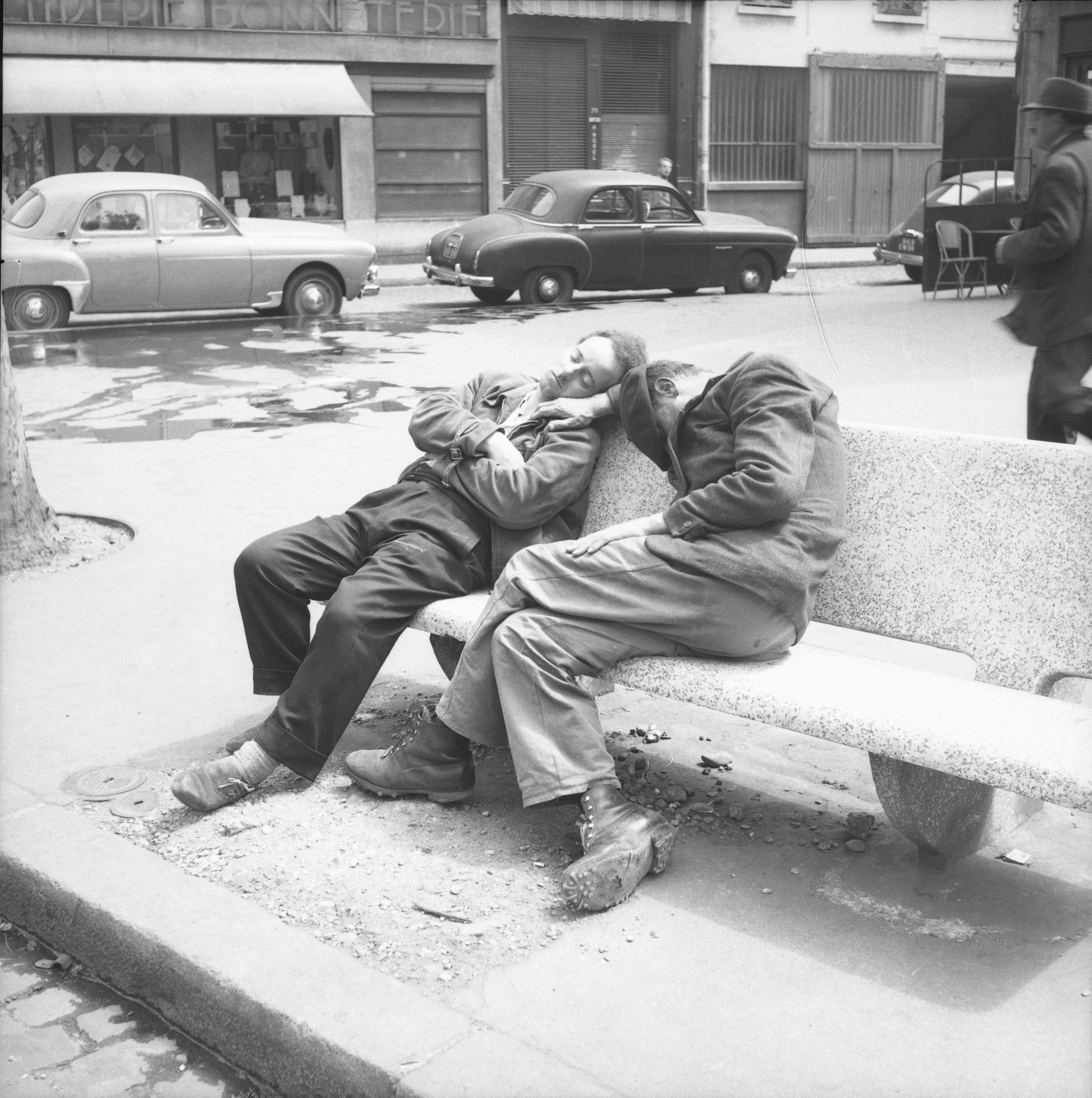 photographes en rhône-alpes::[deux hommes endormis sur un banc en