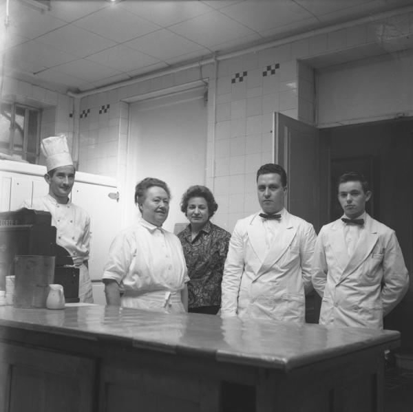"""Eugénie Brazier, dite """"la Mère Brazier"""" et son équipe dans sa cuisine"""