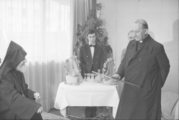 Grand Catholicos à Lyon en compagnie du cardinal Renard