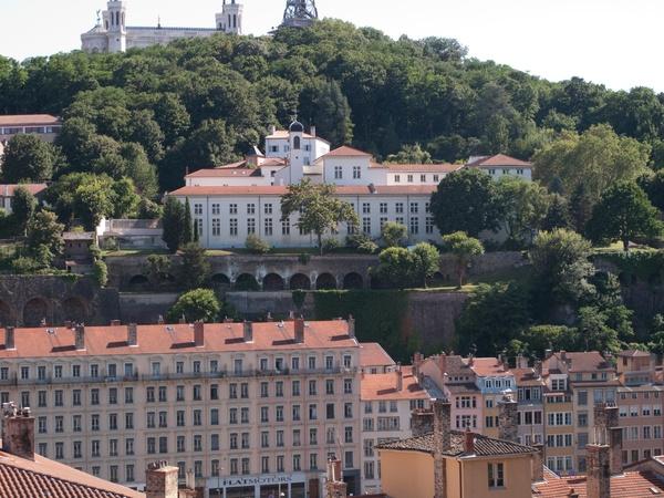 Le couvent des Carmes-Déchaussés vu depuis le cours du Général-Giraud