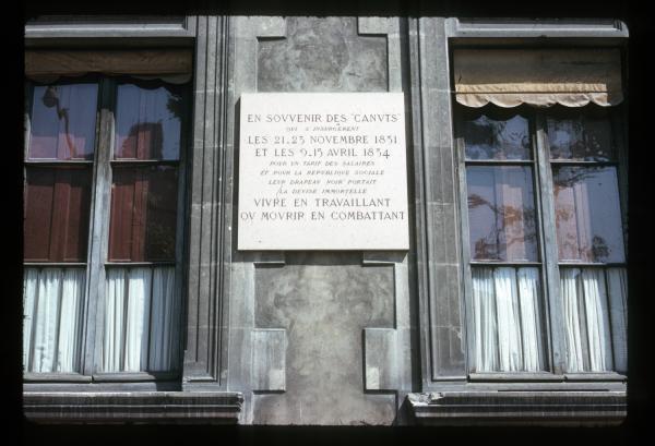 Mairie du 4e arrondissement : plaque commémorative en souvenir des canuts