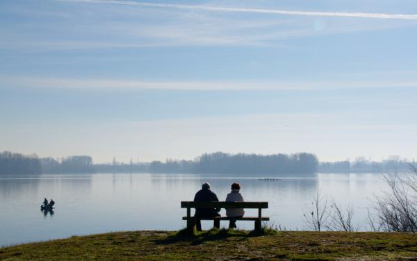 [Les promeneurs en bordure du lac de Miribel-Jonage]