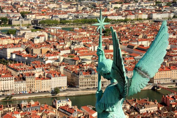 """[Panorama de Lyon surplombé par la statue """"Saint Michel terrassant le dragon""""]"""